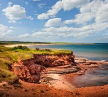 Falaises de terre rouge, sur la côte Atlantique à East Point, sur l' Île-du-Prince-Édouard, Canada. Photo: Thinkstock.com