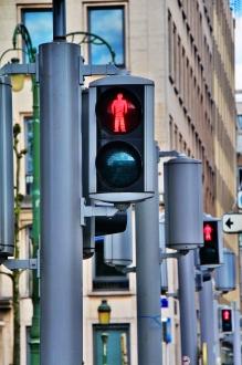 Feux de circulation en série au rouge, sur une rue passante d'un centre-ville. Photo: Thinkstock.com